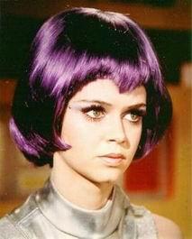 Gabriella Drake in parrucca viola
